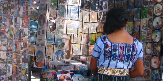"""""""Economía informal, venta de CD´s en la calle en la ciudad de Guatemala"""" by Gabriela81286"""